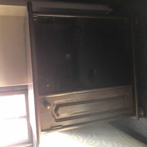 Дървен шкаф с черно стъкло