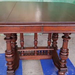 Трапезна маса – произведена края на 19 век, дъб, внос от Белгия.