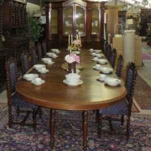Антична френска трапезна маса произведена в Франция през 1839 год., изцяло реставрирана в оригиналния и вид, не-разгъната 1.62 / 140 см., с помоща на 7 бр., дъбови плотове, размера се увеличава до 4.88 см.