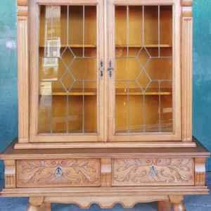 Класическа витрина с оловен ветринаж с две врати и две чекмеджетата,  дъб