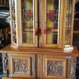 Комплект трапезария,  включваща,  скрин, витрина, трапезна – разтегателна маса  и шест броя трапезни столове,  дъб