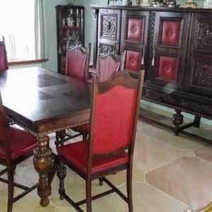 Комплект трапезария – изцяло реставрирана, състояща се от скрин, витрина, трапезна разтегателна маса,  шест броя трапезни столове  внос от Белгия
