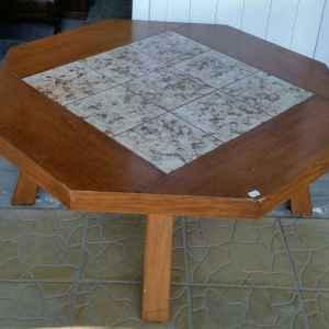 Холна маса  – осмоъгълна с плочки,  дъб