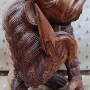 Дървена резбована фигура мотиви-маймуна с банан.