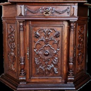 Античен ъглов шкаф производство в началото на 20 век, дъб внос от Белгия.