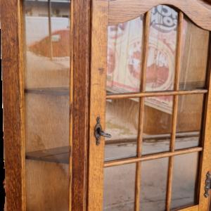 Стенна витрина от дъб внос от Нидерландия.